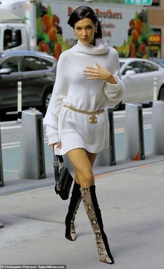 Comment porter: robe-pull blanche, bottes hauteur genou en daim noires, pochette en cuir noire, ceinture dorée