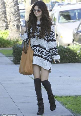 Tenue de Selena Gomez: Robe-pull imprimée blanche, Bottines à lacets en daim noires, Chaussettes montantes noires, Sac fourre-tout en cuir marron clair