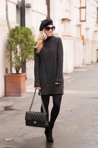 Comment porter: robe-pull gris foncé, bottines en daim noires, cartable en cuir matelassé noir, béret noir