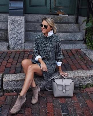 Comment porter: robe-pull en tricot gris foncé, chemise de ville blanche, bottines en daim marron, cartable en cuir gris