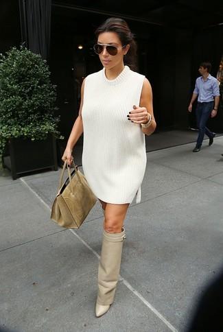 Comment porter: robe-pull blanche, cuissardes en cuir beiges, sac fourre-tout en daim marron clair, lunettes de soleil marron foncé