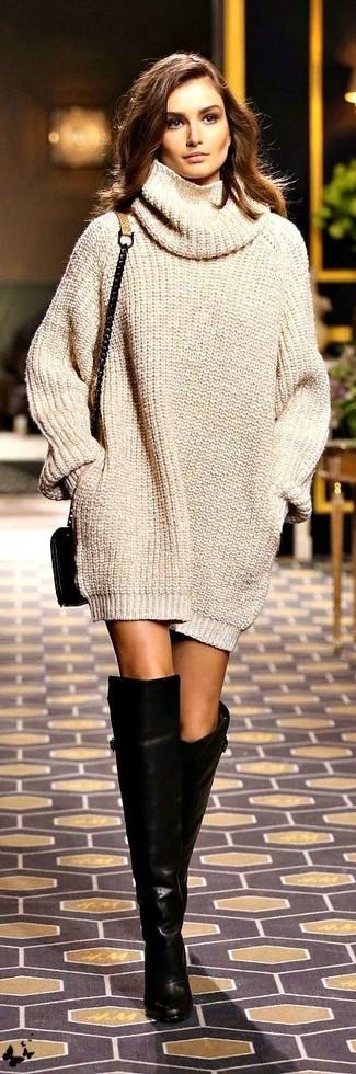 Pense à opter pour une robe-pull en tricot beige et tu auras l'air d'une vraie poupée. Assortis ce look avec une paire de des cuissardes en cuir noires.