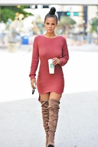 792f107a102e Comment porter  robe-pull en tricot rouge, cuissardes en daim marron clair