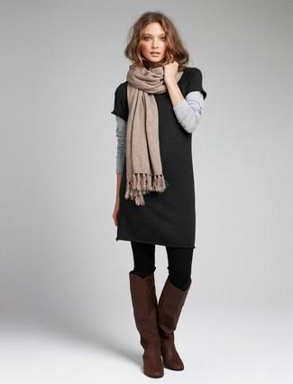 Comment porter: robe-pull gris foncé, bottes hauteur genou en cuir marron foncé, écharpe beige, collants en laine noirs