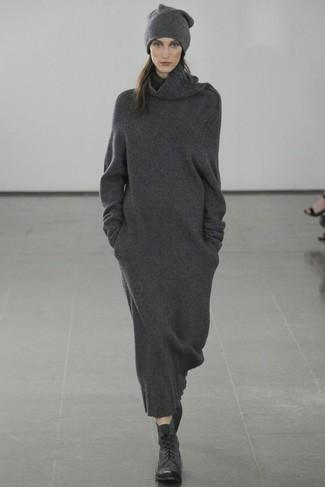 Comment porter: robe-pull gris foncé, bottines plates à lacets en cuir noires, bonnet gris foncé