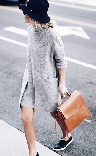 Comment porter: robe-pull grise, baskets à enfiler en cuir noires, sac à dos en cuir marron clair, chapeau en laine noir