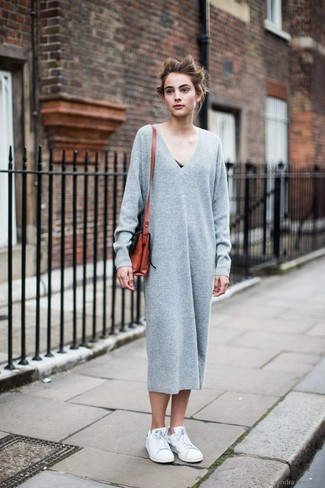 Comment porter: robe-pull grise, baskets basses blanches, sac bandoulière en cuir tabac