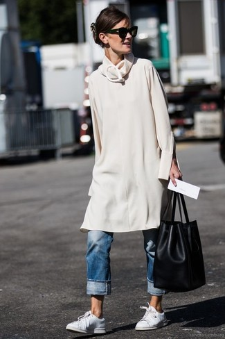 Comment porter: robe-pull beige, jean boyfriend bleu, baskets basses en cuir blanches, sac bourse en cuir noir