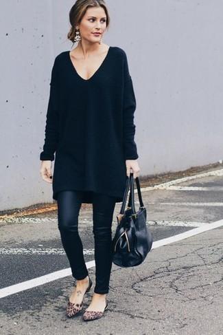 Pense à marier une robe-pull noire Maison Margiela avec des leggings en cuir noirs pour une impression décontractée. Une paire de des ballerines en daim imprimées léopard brunes est une option astucieux pour complèter cette tenue.