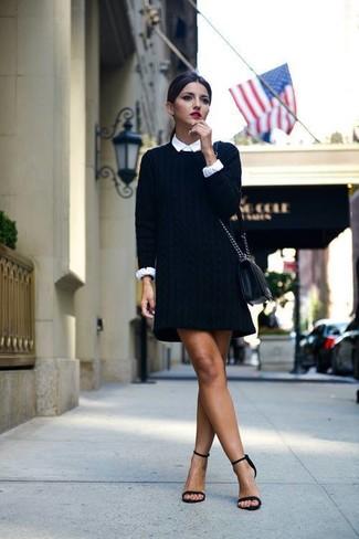 Tenue: Robe-pull noire, Chemise de ville blanche, Sandales à talons en daim noires, Sac bandoulière en cuir noir