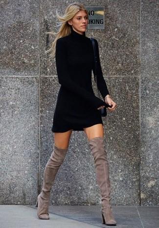 Choisis une robe-pull noire Maison Margiela pour une tenue idéale le week-end. Une paire de des cuissardes en daim grises s'intégrera de manière fluide à une grande variété de tenues.