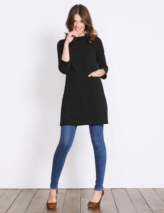 Associe une robe-pull noire avec un jean skinny bleu pour un déjeuner le dimanche entre amies. Jouez la carte classique pour les chaussures et fais d'une paire de des escarpins en daim imprimés léopard bruns ton choix de souliers.