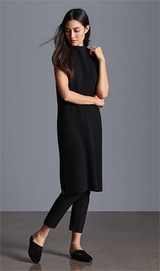 Comment porter une robe-pull noire: Harmonise une robe-pull noire avec un pantalon slim noir pour une tenue raffinée mais idéale le week-end. Une paire de des mules en satin noires rendra élégant même le plus décontracté des looks.