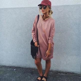 Comment porter une casquette rouge: Associe une robe-pull rose avec une casquette rouge pour créer un look génial et idéal le week-end. Une paire de des sandales plates en cuir noires est une option astucieux pour complèter cette tenue.