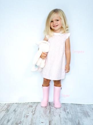 Comment porter: robe rose, bottes de pluie roses