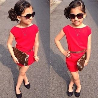 Comment porter: robe rouge, ballerines noires