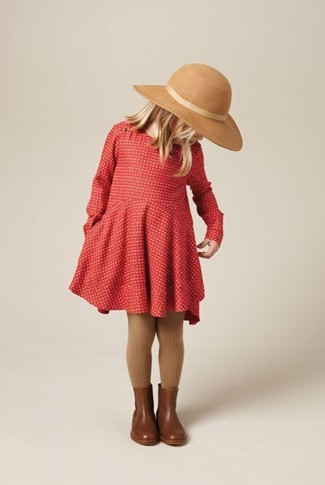 Comment porter: robe rouge, bottes en cuir marron, chapeau beige, collants marron