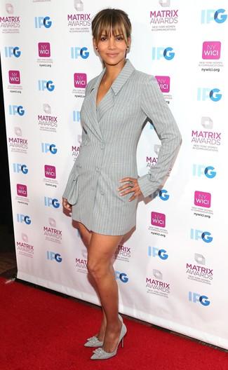 Comment porter: robe smoking à rayures verticales grise, escarpins en cuir ornés argentés, bague argentée