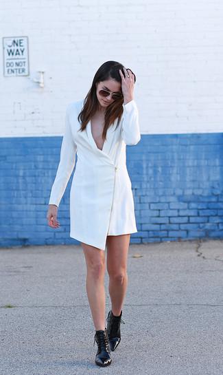 Comment porter: robe smoking blanche, bottines à lacets en cuir noires, lunettes de soleil marron foncé