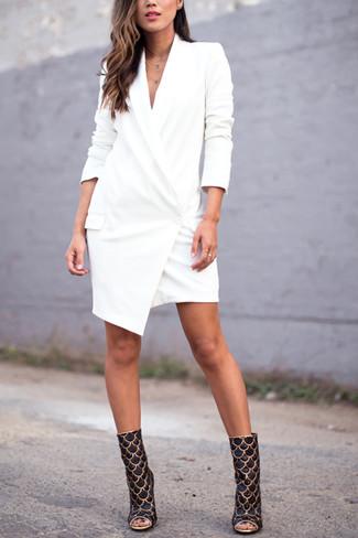 Comment porter: robe smoking blanche, bottines en cuir noir et doré
