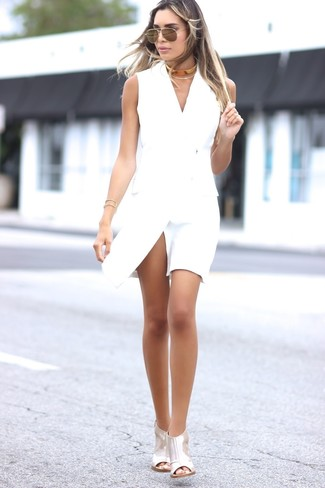 Comment porter des sandales à talons en cuir argentées: Opte pour une robe smoking blanche pour se sentir en toute confiance et être à la mode. Une paire de des sandales à talons en cuir argentées est une option génial pour complèter cette tenue.