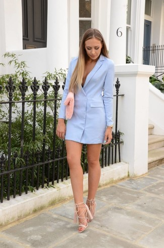 Comment porter: robe smoking bleu clair, sandales à talons en daim beiges, pochette en fourrure rose, montre dorée