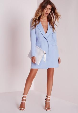 Comment porter une pochette en cuir blanche: Pense à porter une robe smoking bleu clair et une pochette en cuir blanche pour une impression décontractée. Une paire de des sandales à talons en cuir blanches est une option judicieux pour complèter cette tenue.