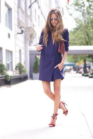 Comment porter: robe smoking bleu marine, sandales à talons en cuir rouges, pochette en cuir bordeaux