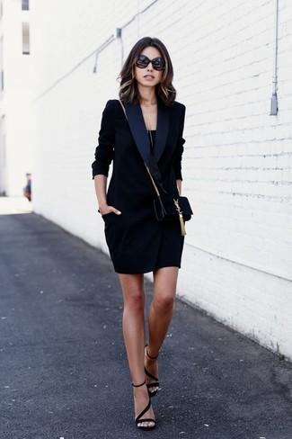 Comment porter: robe smoking noire, débardeur noir, sandales à talons en daim noires, sac bandoulière en daim noir