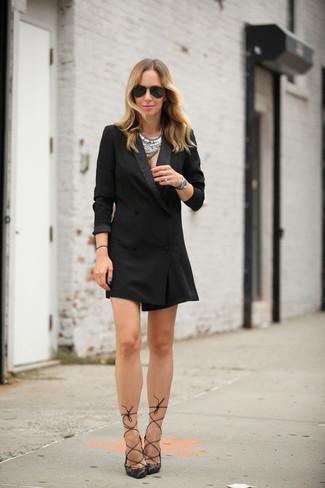 Comment porter: robe smoking noire, escarpins en cuir noirs, lunettes de soleil noires, collier argenté
