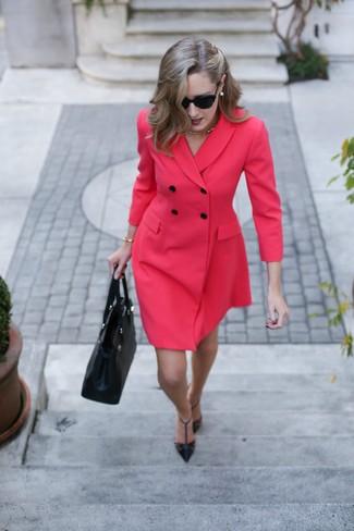 Porte une robe smoking rouge et des lunettes de soleil pour un look stylé  et raffinée 2e9e965a843c