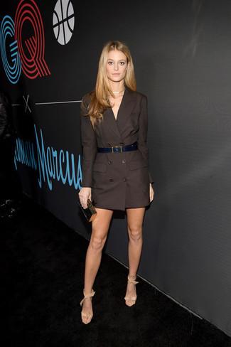 Comment porter: robe smoking marron foncé, sandales à talons en cuir beiges, pochette noir et doré, ceinture en cuir noire