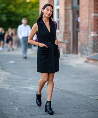 Comment porter: robe smoking noire, bottines en cuir noires, sac fourre-tout en cuir bordeaux