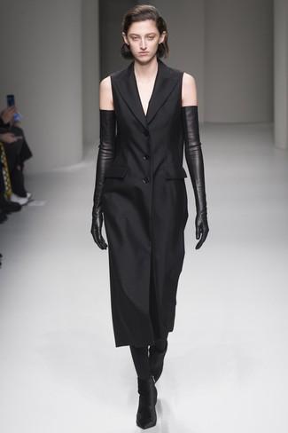 Comment porter: robe smoking noire, bottines en velours noires, gants longs en cuir noirs, collants noirs