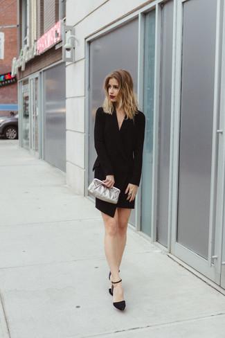 Comment porter: robe smoking noire, escarpins en daim ornés noirs, pochette en cuir argentée