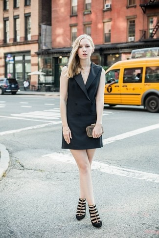 Comment porter: robe smoking noire, escarpins en daim noirs, pochette dorée, bracelet doré