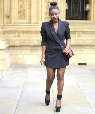 Comment porter: robe smoking noire, escarpins en daim épaisses noirs, sac bandoulière en velours brodé bordeaux, bracelet doré