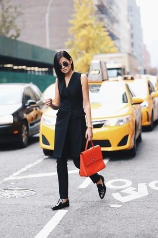 Comment porter: robe smoking noire, pantalon slim noir, slippers en cuir noirs, cartable en cuir orange