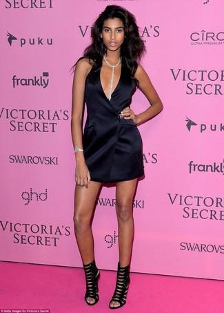 Comment porter: robe smoking en soie noire, sandales à talons en daim noires, pendentif transparent, bracelet transparent