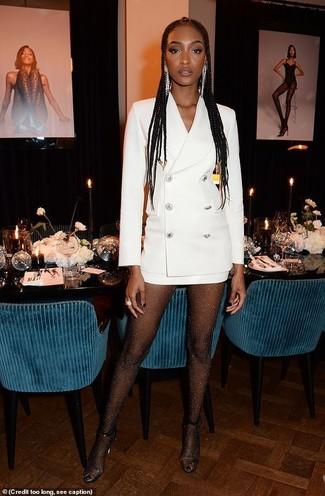 Comment porter: robe smoking blanche, sandales à talons en caoutchouc transparentes, boucles d'oreilles argentées, collants ornés noirs