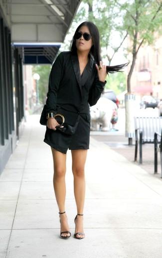 Comment porter: robe smoking noire, sandales à talons en cuir noires, pochette en cuir noire, lunettes de soleil noires
