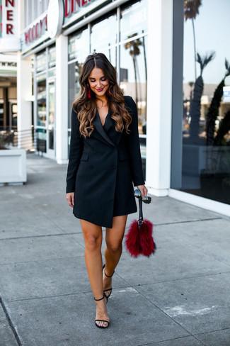 Comment porter: robe smoking noire, sandales à talons en cuir noires, pochette en fourrure rouge, lunettes de soleil noires