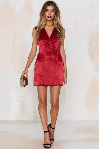 Comment porter: robe smoking en velours rouge, sandales à talons en daim noires, pochette rouge, collier ras de cou doré
