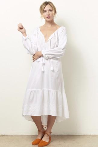 Comment porter: robe style paysanne blanche, ballerines orange