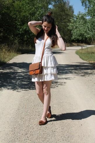 Comment porter: robe style paysanne blanche, mocassins à pampilles en daim marron, sac bandoulière en cuir marron