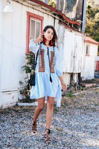 Comment porter: robe style paysanne brodée bleu clair, sandales à talons en daim noires, sac bandoulière en cuir noir, boucles d'oreilles rouges