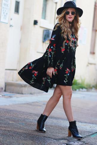 Comment porter: robe style paysanne brodée noire, bottines en cuir noires, chapeau en laine noir, lunettes de soleil noires