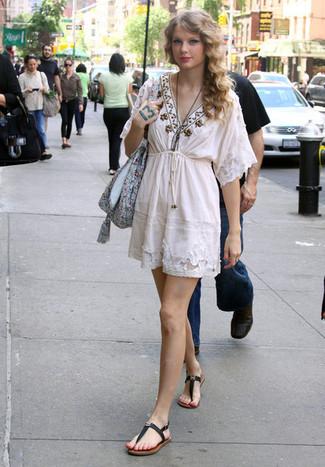 Comment porter: robe style paysanne brodée blanche, tongs en cuir noires, sac fourre-tout en toile à fleurs bleu clair
