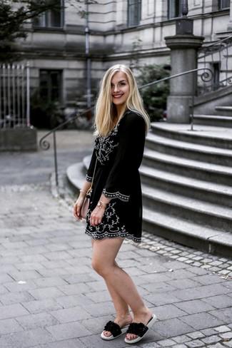 Comment porter une robe style paysanne: Porte une robe style paysanne pour un look idéal le week-end. Tu veux y aller doucement avec les chaussures? Opte pour une paire de des sandales plates en cuir noires pour la journée.
