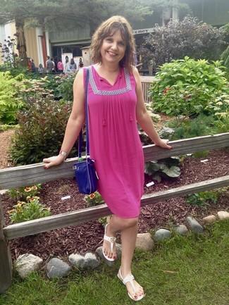 Comment porter: robe style paysanne fuchsia, tongs blanches, sac bandoulière en cuir bleu